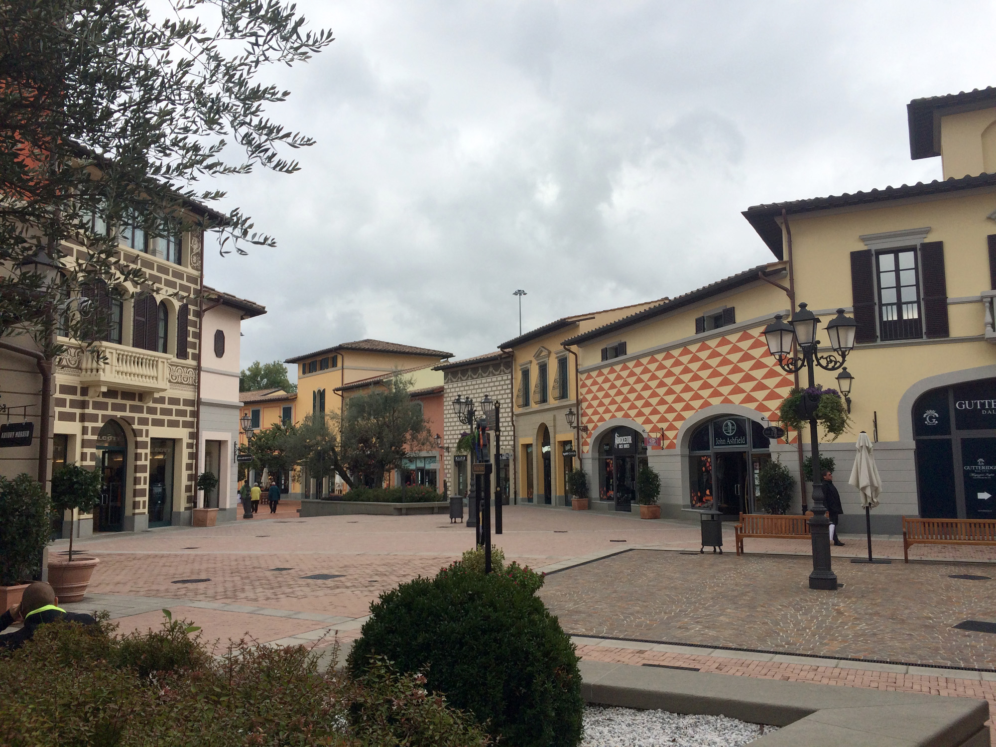outlet hogan vicino milano