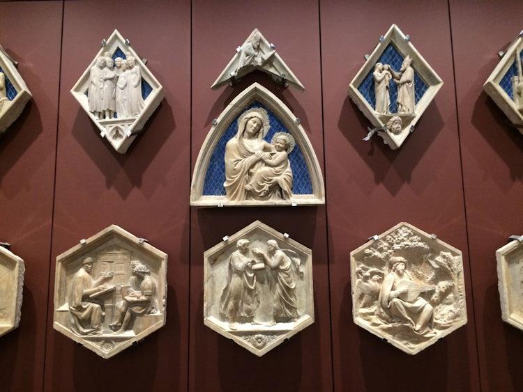 Alcune delle decorazioni esposte nel Museo dell'Opera del Duomo