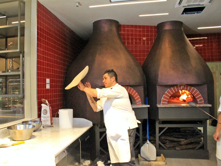 preparazione della pizza al mercato centrale