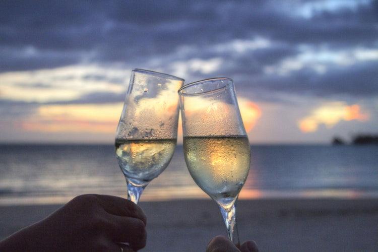Un brindisi in riva al mare per un tocco di romanticismo in più