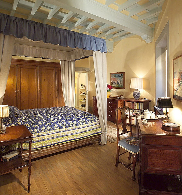 Beautifully decorated living spaces at the vacation apartment rental Casa Tornabuoni in the city of Florence, Italy