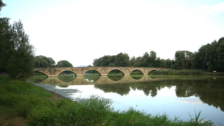Is this the famous bridge in the painting the Mona Lisa?