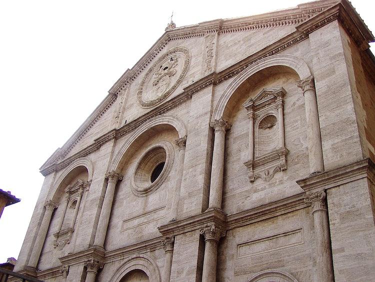 La facciata del Duomo a Pienza nel Val d'Orcia nella Toscana