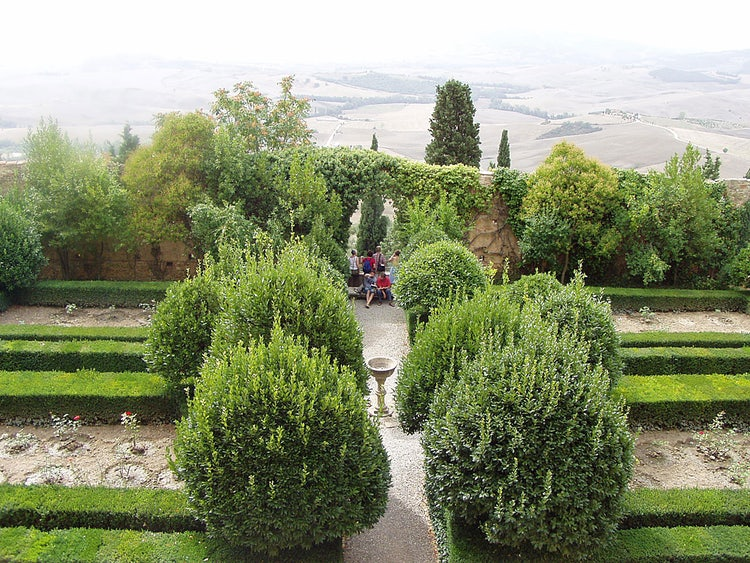 Giardini e panorama a Pienza nel Val d'Orcia nella Toscana